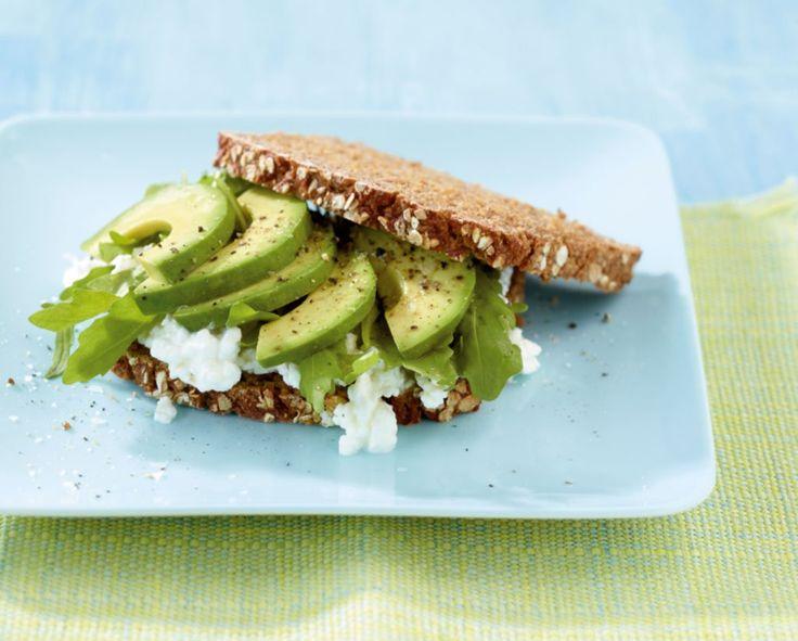 Körniger Frischkäse, Avocado und Rauke machen auf Brot eine gute Figur.