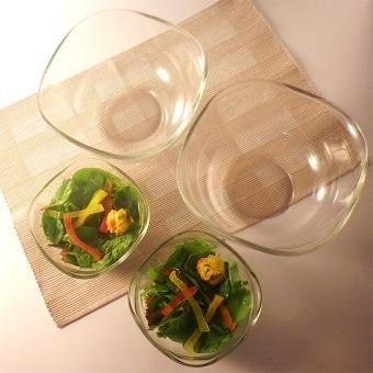 食器にもなる、使いやすさで定評のある角型デザインの耐熱ガラスのボウル。混ぜる・こねるはもちろん、注ぐのに便利な形状でグッドデザイン・ロングライフデザイン賞受賞。