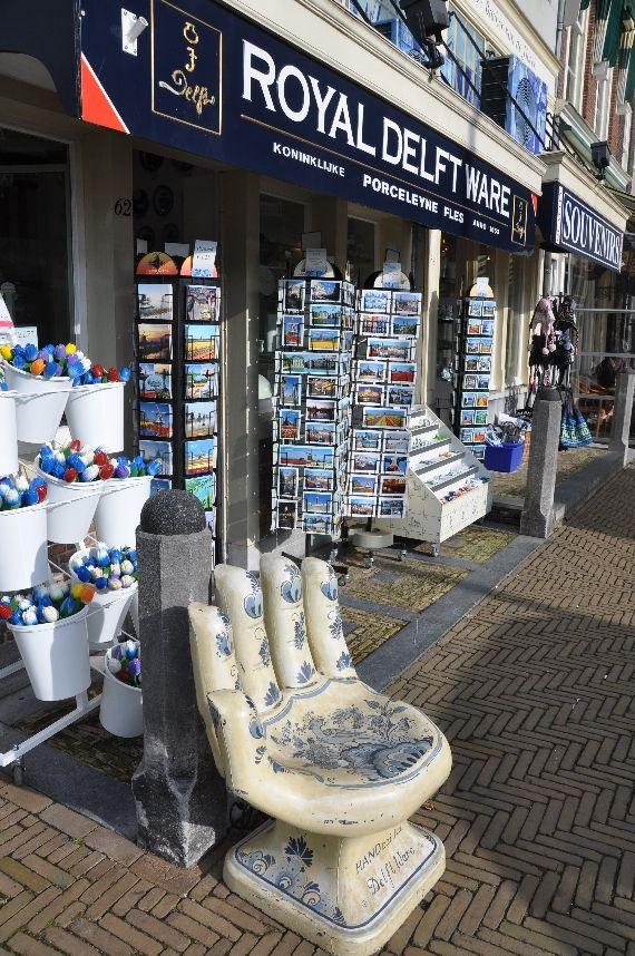 Winkel van de Koninklijke Porceleyne Fles aan het Marktplein. Delft is natuurlijk bekend om zijn Delft Blauw en de Porceleyne Fles is enig overgebleven aardewerkfabriek uit die tijd en dateert van 1653.