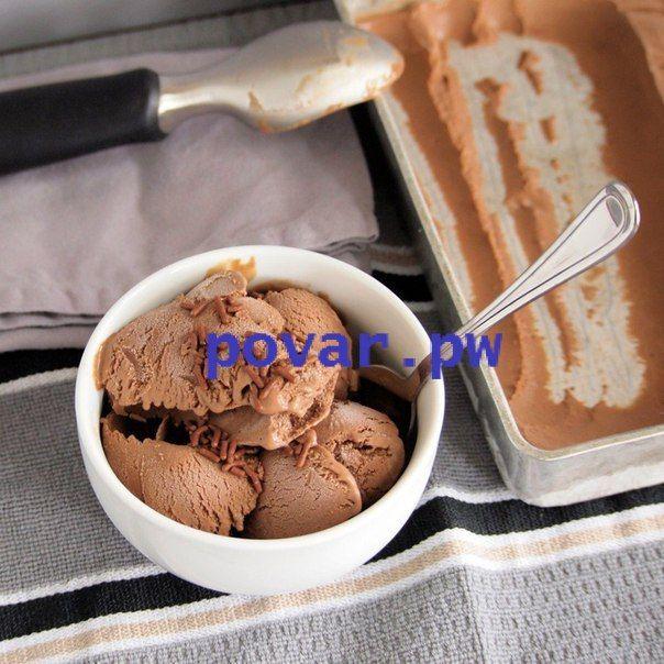 Шоколадное мороженое  Ингредиенты:  100 гр. темного шоколада 3 ст.л сахара 1/2 стакана молока сливки 33-35%- 300 грамм  Приготовление:  Молоко прогреть с сахаром, добавить поломанный шоколад, помешивать до полного его растворения. Затем смесь остудить. Взбить охлажденные сливки и смешать их с шоколадной смесью. Поставить в морозилку на несколько часов. Можно через 2 -3 часа перемешать мороженое, чтобы не образовались льдинки. Получается мягкое домашнее шоколадное мороженое. #Кулинария #еда…