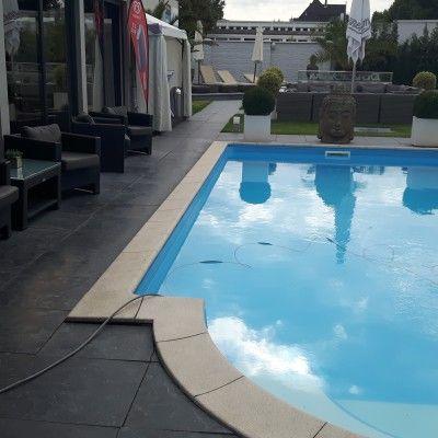 Tägliche Pool-Reinigung im Sauna Club Düsseldorf