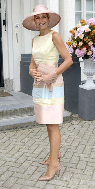 La reine Maxima des Pays- Bas porte une large capeline rose poudrée. Parfaitement assortie à ses gants, sa pochette et ses souliers, celle-ci était coordonnée à sa robe de plusieurs tons pastel, rayée verticalement.