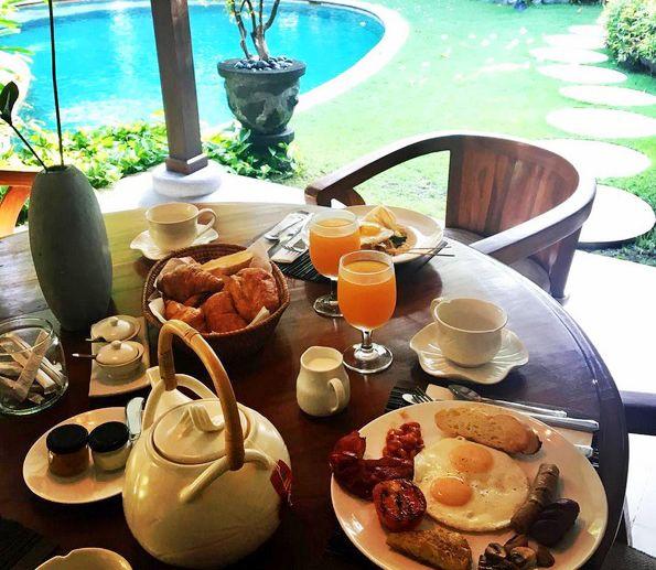 "Regram from our recent guest @jennamkeller ""An amazing breakfast to start the day in paradise""  www.villakubu.com/oasis-restaurant-bar #villakubu #seminyak #villa1 #breakfast #bali #love #wanderlust #islandlife #sanctuary #culinary"