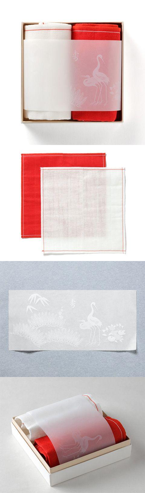 【婚礼ふきん(中川政七商店)】/大切な2人の門出をお祝いするのに最適な箱入りふきんのセットです。5枚仕立ての蚊帳生地を使用した紅白のふきんを、慶事・吉祥の象徴となっている松竹梅と夫婦鶴のあしらいが華を添えます。上品な砂子色のさし色が美しい紙箱におさめました。