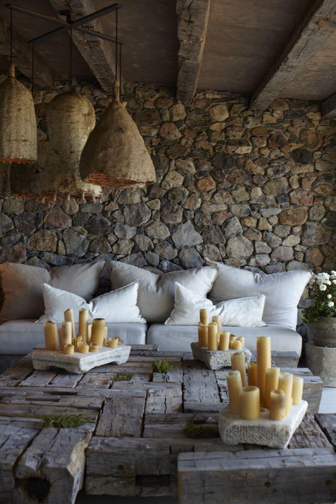 Parece una caverna, lámparas que parecen grandes panales, piedras, velas, una mesa bien rústica, re lindo.