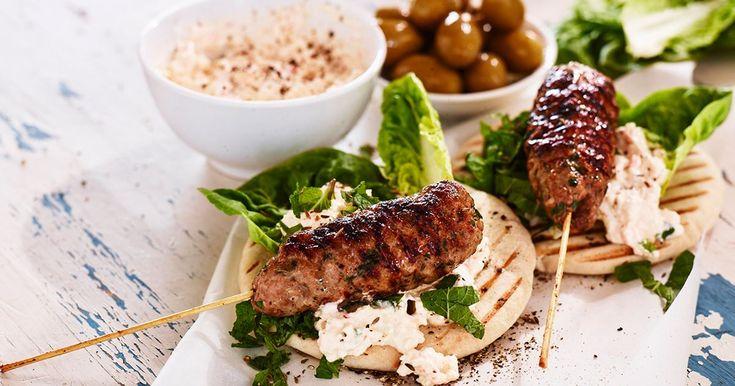Lammfärs på spett med grillat pitabröd som toppas med krämig oströra och mynta.