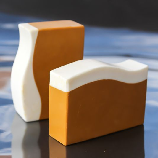 El dióxido de titanio se utiliza como absorbente de rayos UV en productos para el bronceado, jabones, polvos cosméticos, cremas, pasta de d...