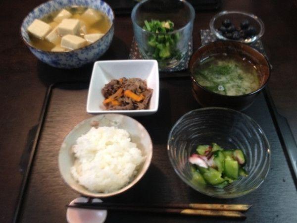 昨日の夕ご飯:高野豆腐の含め煮、牛肉とヒジキ人参こんにゃくの炒め煮、きゅうりもみ(タコ)、小松菜と寒天のお味噌汁、大根葉の浅漬け、白米、ブルーベリー。