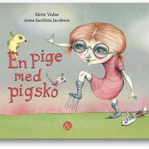 I januar kommer der en ny pige ind i mit liv. 'En pige med pigsko' er et moderne eventyr og en billedbog for de lidt større børn. #annajacobinajacobsen har illustreret så smukt og sansende. #billedbog #nyudgivelse #eventyr #skilsmisse #børnebog #læsning #bibliotek #børnelitteratur @jensenogdalgaard