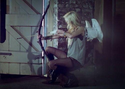 Love Peace and Write: Sinopse de Apaixona Por uma Flecha! Olá pessoal, acabei de publicar a sinopse de Apaixona Por Uma Flecha no Blog Red Rose - Ver aqui  Sinopse  Tessa, um cupido antigo que sempre teve como tarefa ajudar os humanos a se apaixonar e garantir que era seguro, e ela sempre adorou ser um cupido, mesmo com a opção de subir ela sempre preferir estar perto dos humanos.