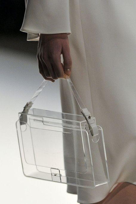 Nós achamos um luxo transparência em bolsa. Quem não gosta de mostrar o conteúdo é só usar uma necessaire que caiba dentro. Diquinha! Use uma necessaire neon! (link: http://shadowaspect.tumblr.com/post/28081789207/moonmud-jasper-conran-ss12 ) clear bags, clear purses, summer fashion, summer style, minimalist design, minimal style, minimalist fashion