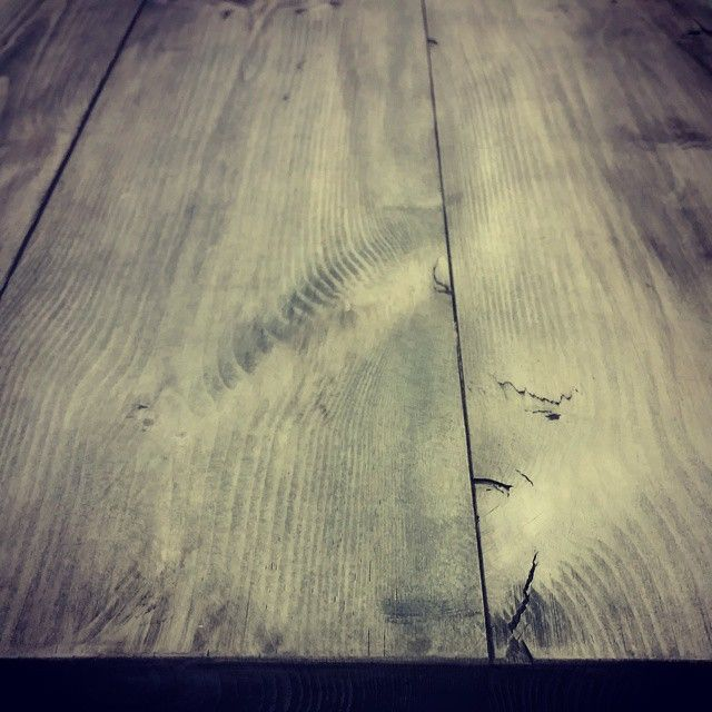 #benkeplate av #gamlematerialer  #smokeygrey finish. #håndlagetavoss #barefordeg #bærekraftig #kortreist www.drivved.no