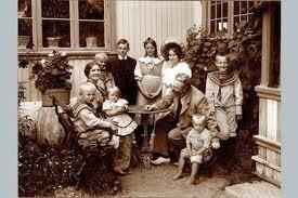 """Theodor & Inga Kittelsens familie, sønner og døtre, utenfor kunstnerhjemmet """"Lauvlia"""""""