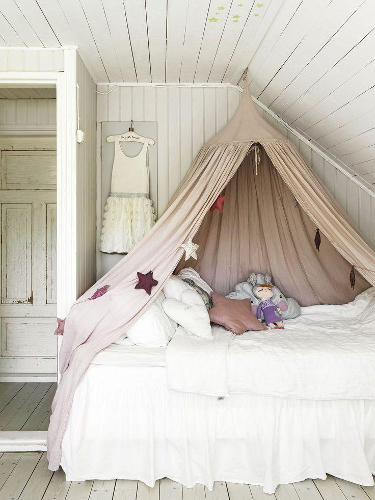 Wilmas säng har Peter och Maria själva byggt för att utnyttja utrymmet maximalt. Undertill finns två förvaringslådor, som kan dras ut. Sänghimmel från Numero 74.