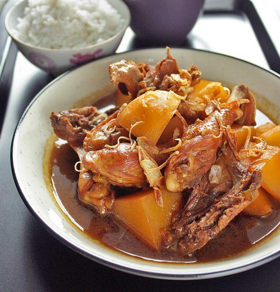 Il #Semur #ayam è un piatto tipico indonesiano a base di pollo, patate e scalogno, condito con #zenzero, noce moscata e salsa di #soia. Il gusto è piuttosto audace ed è perfetto accompagnato con il riso bianco! #indonesia #recipe