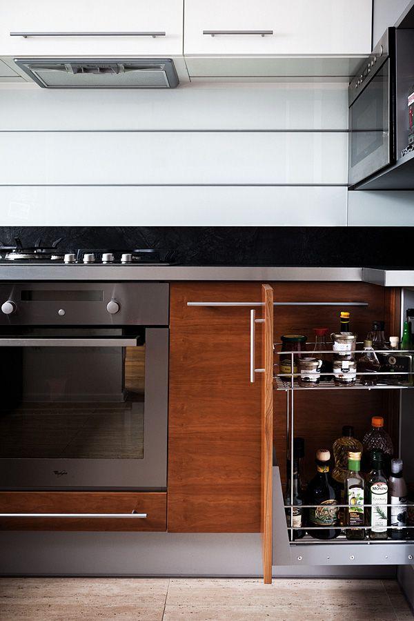 """Kuchnia w kształcie litery """"L"""" subtelnie oddzielona od pozostałych pomieszczeń, mająca jednak charakter otwarty, widoczna z pokoju dziennego. Bardzo ergonomicznie urządzona, minimalistyczna.  Projekt i realizacja MEBLE MERDA Twoje wnętrze, Twój charakter www.meblemerda.pl #wnetrza #meblekuchenne #kuchnia #meble"""