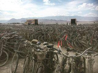 """Leave no trace."" 5000 abandoned bikes left at Burning Man. : pics"