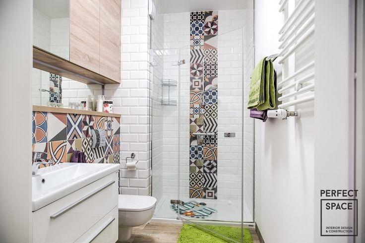 Drewniana podłoga w łazience ociepla wnętrze. Do tego białe oraz wzorzyste płytki, które nadają wnętrzu nowoczesności.