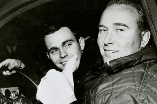 carlsson-erik Na edição de 1962 do RAC Rally, no Reino Unido, foi que Carlsson aprontou uma de suas maiores: conta-se que ele precisava de uma peça que não estava em seu estoque de reserva. Passando por um estacionamento, ele viu um Saab 96 novinho em folha e não pensou duas vezes: parou, foi até o carro e ele e seu mecânico começaram a desmontar o carro. Há quem diga que ele só deixou um bilhete sob o para-brisa, enquanto outros dizem que o dono chegou, furioso, e Carlsson safou-se contando…
