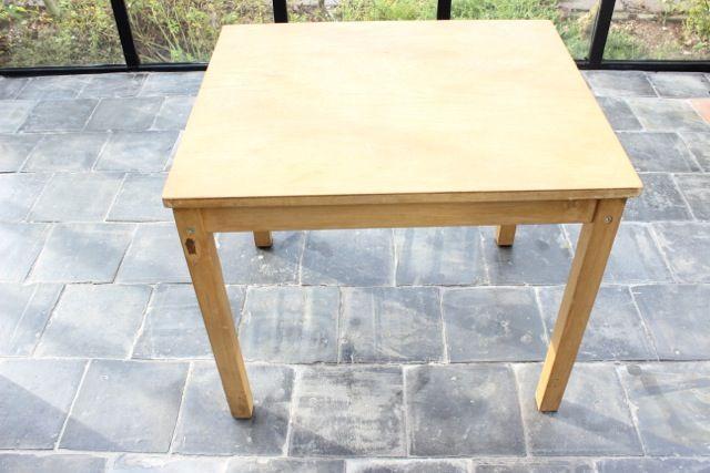 Stap 1: Zoek een leuke tafel uit die je een nieuwe en trendy look wilt geven. Je hebt hiervoor nodig: 4 kleuren Perfect Finish lakverf op waterbasis | 4 verfbakjes | een ronde kwast | een beetje water om de kleuren door elkaar te laten lopen.