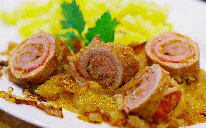BÍREŠSKÉ MASO: 400 gvepřová kýta 100 goravské slaniny nebo uzeného bůčku 400 gkysaného zelí 4 lžičkypálivé paprikové pasty 2 stroužkyčesneku 2 kscibule 250 mlmasového vývaru 1 ksbrambora 2-3 ksbobkové listy 1/2 lžičkykmínu pepř sádlo nebo olej sůl