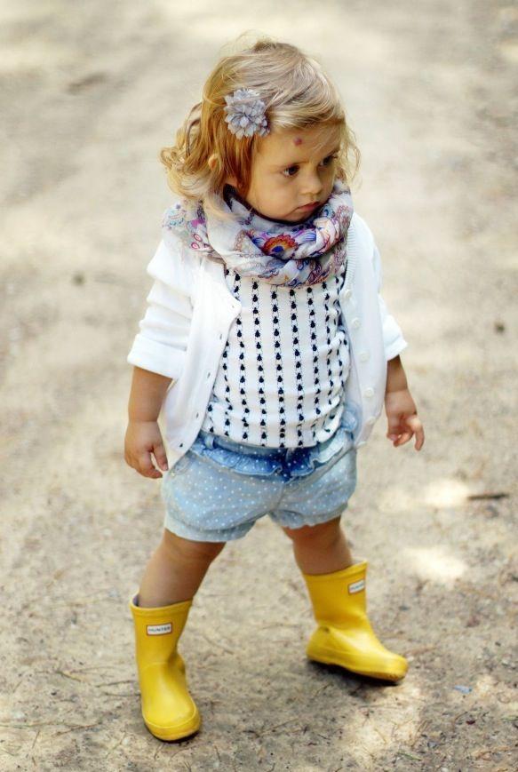 Toddler girl fashion- laarsjes en broekje zijn leuk. sjaaltje en vestje vind ik…