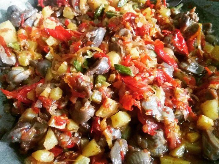 Bosen sama sambal yang gitu-gitu ajaa..yukk dicoba resep berikut inii... Dijamin nambahh... Sambal goreng petai ampela ala glo's  Ingredients 1 kg ampela (cucii bersihkan tiriskan potong menjadi 4 bagian..rendam dengan ketumbar 1 sdm dan 1 bawang putih dan garam yang dihaluskan..goreng setengah atau 3/4 matang) 1/2 kg  bawang merah  1/2 kg  kentang (kupas..potong2 cuci tiriskan..lalu goreng sampai agak kering) 1/4 kg cabe keriting (cuci bersih) 1/4 kg cabe rawit (cuci bersih) 6 papan petai…