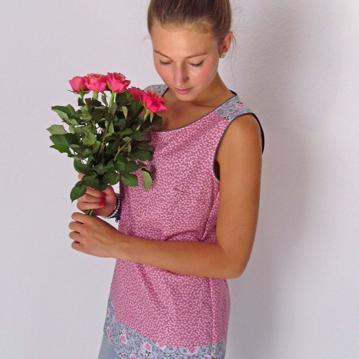 Růžová - tunika Letnítunika se vzorem drobných kvítků a růží. Materiál: Tunika je z bavlněné látky bez obsahu elastanu - nepružný materiál. Látka byla předem seprána na 40 stupňů. Vzor: Kombinace lososově růžové látky s velmi drobnými bílými kvítky se světke šedou látkou, na které je natišten šedý abstraktní vzor a barevné růže o velikosti cca 3x4cm. ...