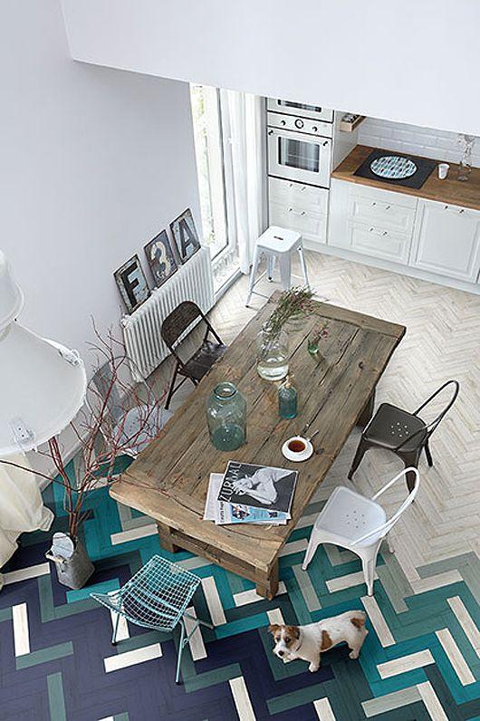 Tolix A tuoleja, jakkara ja wau mikä lattia.  Micro Trend: Creative Floors Combining Wood and Ceramic Tile