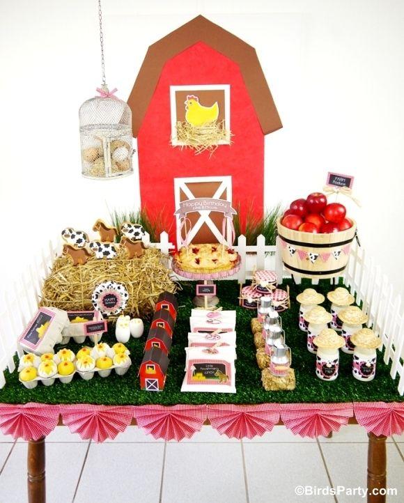 Mesa de postes de Fiesta La Granja decorada con paja y pasto sintetico, el que se utiliza para pesebres de navidad. #MesaDePostres