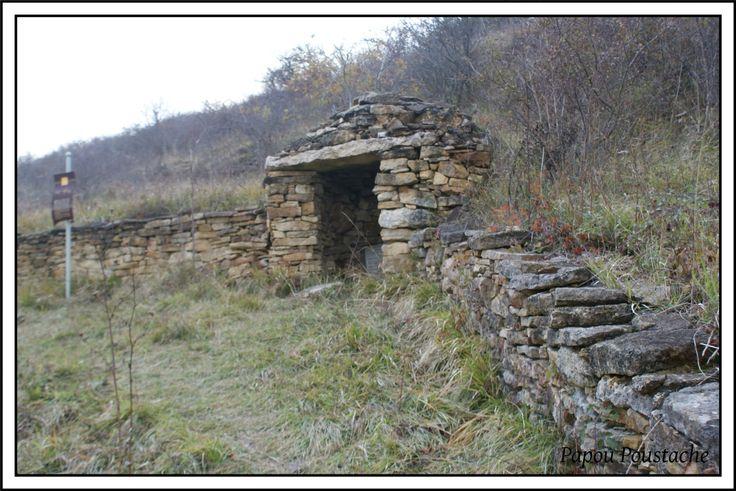 Les cabanes de berger en pierre Voici des cabanes de berger en pierres du Puy de Dome à St Saturnin et de la Haute-Loire dans la région du Puy en Velay. Les chibottes De nos jours, les cabanes en pierre sèche de la Haute-Loire, et surtout celles de la...