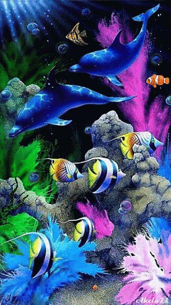 Delfines y peces nadan en el fondo del mar