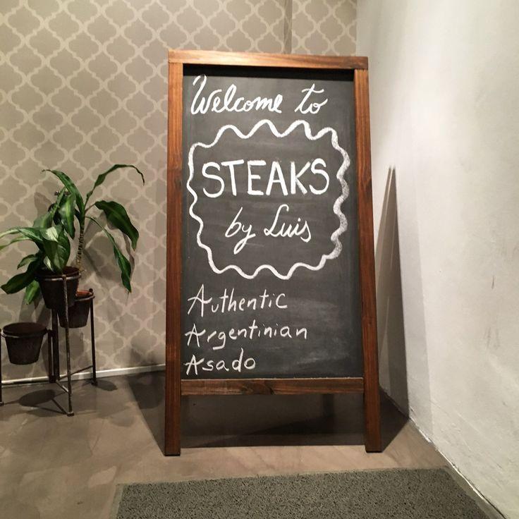 Steaks by Luis se llama el lugar al que no puedes dejar de visitar si te encuentras de paso por Buenos Aires, tienen un concepto que realmente te hace sentir que estás en tu casa con un grupo de amigos disfrutando de un rico asado.