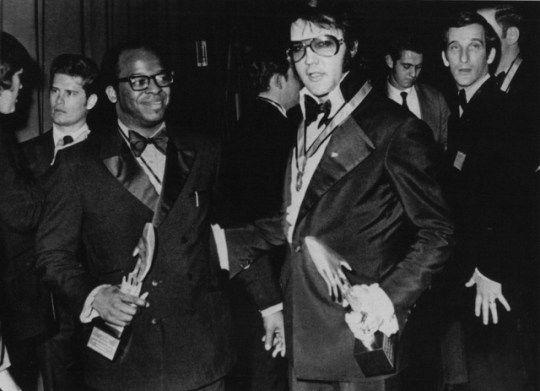 Jaycee lauréat du prix Elvis Presley Thomas I. Atkins, avocat, militant des droits civiques et les partisans de Martin Luther King, avec ses prix emblématiques à la main: deux mains qui se touchent