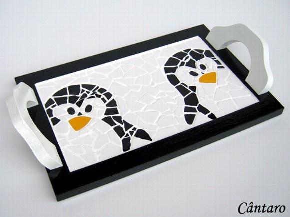 Bandeja em mdf, pintura artesanal, acabamento em laca e mosaico em pastilha de cerâmica. Há esse modelo de bandeja em tamanho maior e com o bico do pinguim na cor vermelha, ver Álbum Linha Copa & Cozinha. A bandeja com o bico do pinguim na cor amarela está esgotada. Para comprar: 1- Cadastre-se e entre com seu usuário e senha 2 - Escolha os produtos 3 - Informe o endereço de entrega 4 - Envie o pedido 5 - Aguarde o vendedor informar o frete 6 - Se o frete agradar, faça o pagamento…
