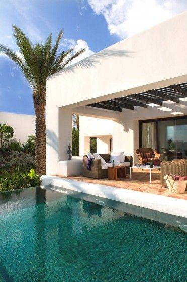 Terraza con un techo y colores muy equilibrados y sobrios