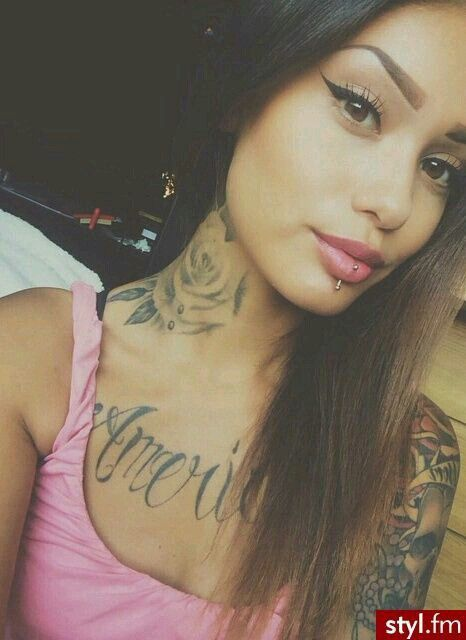 she kinda looks like nicki monaj from the side... repin