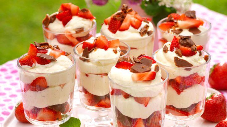 Njut av en lättlagad dessert – fräsch mousse med söta jordgubbar och knaprig daim.