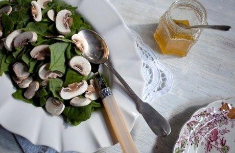 Salada de espinafre, cogumelos e vinagrete de mel   Panelinha - Receitas que funcionam