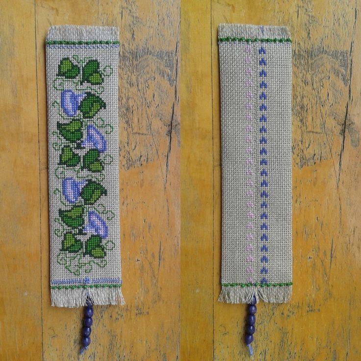 Zakładka z powojem. Wykonana haftem krzyżykowym.     A cross-stitch bookmark with a bindweed.