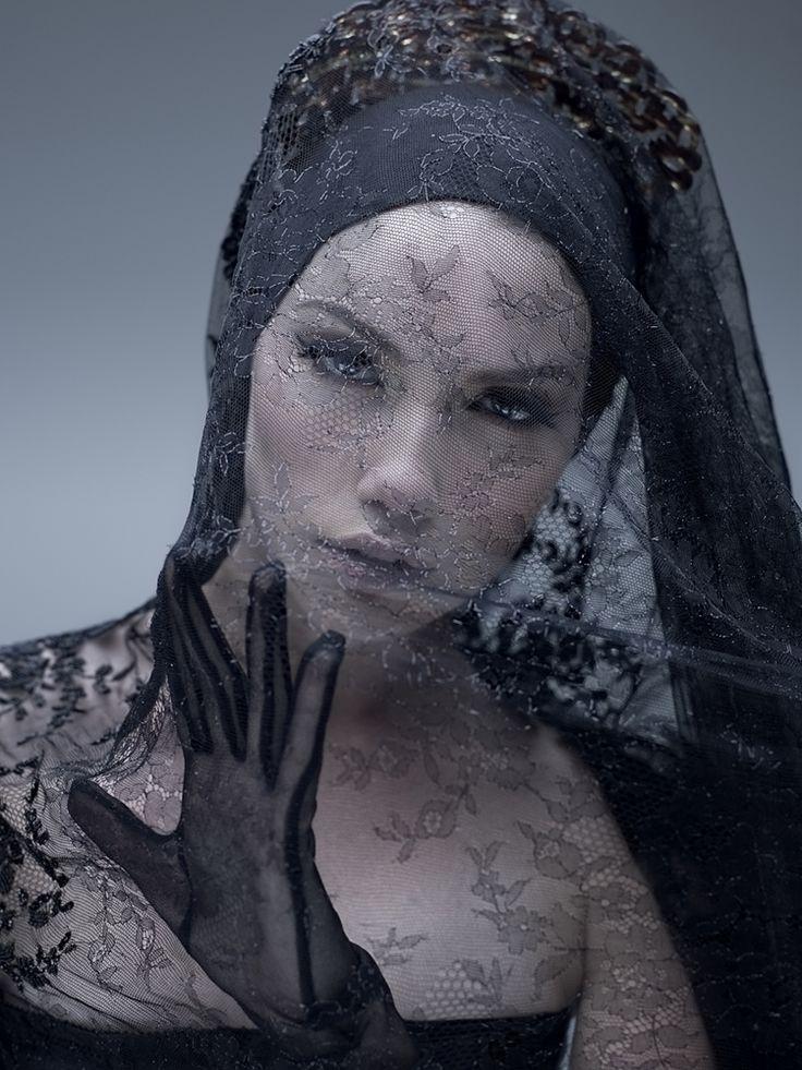 merlettonero:  Persa nel pensiero persa nel tempo viaggio nel silenzio facendomi invadere dalle Tue parole nel calvario della mia lucida fo...