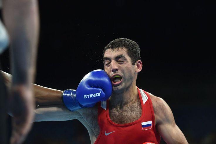Misha Aloian de Rusia (d) es golpeado por el francés Elie Konki en la modalidad…