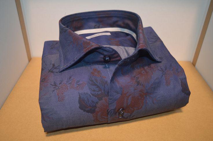 Camicia Webb & Scott 100% puro cotone in doppio ritorto , lavorazione tessuto in Jersey , tessuto caratterizzato da grande elasticità sia in larghezza che in lunghezza , cuciture doppie , vestibilità slim quindi più aderente al corpo , collo semi rigido , altezza vele circa 6 cm , il collo semi rigido si può facilmente indossare sia con cravatta che senza , polsino arrotondato altezza 7 cm , bottoni spessorati in tinta alla camicia.