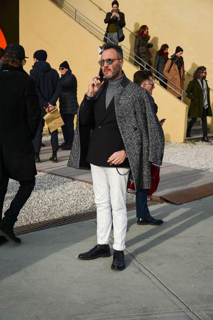 """ピッティウオモといえば、年に2度だけ行われる世界規模のメンズファッションブランド展示会だ。コレクション会場と違い、ビジネスのために世界各国からファッション業界を牽引するバイヤー達が集う場でもあるため、リアルな最先端のビジネススタイルをチェックできる。今回も、2017年1月に行われた""""ピッティウオモ 91″にフォーカスして注目の着こなし&アイテムを紹介! 大判ストール×ネイビースーツスタイル ボリューミーなグレーの大判ストールに、コーデュロイのネイビーコート、ネイビースーツを合わせたスタイリング。パンツの裾はダブル仕立てのアンクル丈に設定し、タッセルローファーを合わせて抜け感を演出。 JOHNSTONS(ジョンストンズ) ストールウールチェックマフラー スコットランド最古の生地メーカーとして知られるブランド「JOHNSTONS(ジョンストンズ)」。チェック柄が豊富に存在するスコットランドからインスピレーションを受けたデザイン。柔らかで上質なメリノウールを使用したストール。 詳細・購入はこちら チェスターコート×ブラックジャケット×ホワイトパンツ ヘリンボーン柄のチェスタ..."""