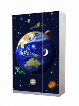 Шкаф трехдверный Покрытие HIGH GLOSS панелей - 5-й степени твердости - обеспечивает повышенную устойчивочсть к механичесткими химическим воздействиям, для декоррирования используется технология лазерной цветной печати - усиливает визуальный эффект
