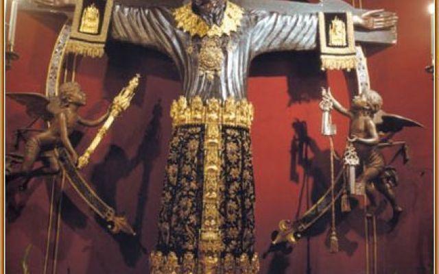 Arte cristiana - La statua-reliquario di Lucca La statua-reliquario di Lucca è un crocifisso raffigurante il corpo e il volto di Cristo e si trova nella navata sinistra della cattedrale di San Martino, racchiusa in un tempietto a pianta centrale  #statua-reliquario #voltosanto #lucca