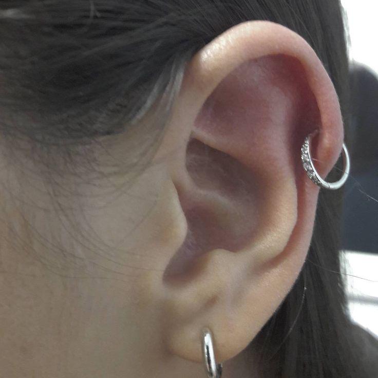 HELIX PIERCING    Ovvero qualsiasi piercing sul bordo esterno del padiglione auricolare nella parte alta. Due piercing di questo tipo messi uno sopra l'altro sono chiamati Double Helix.
