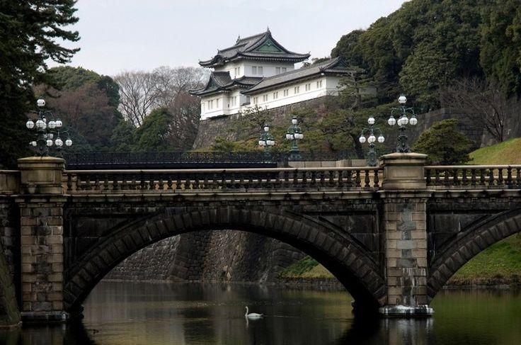 Ponte Niju-bashi, sobre fosso que cerca o Palácio Imperial de Tóquio