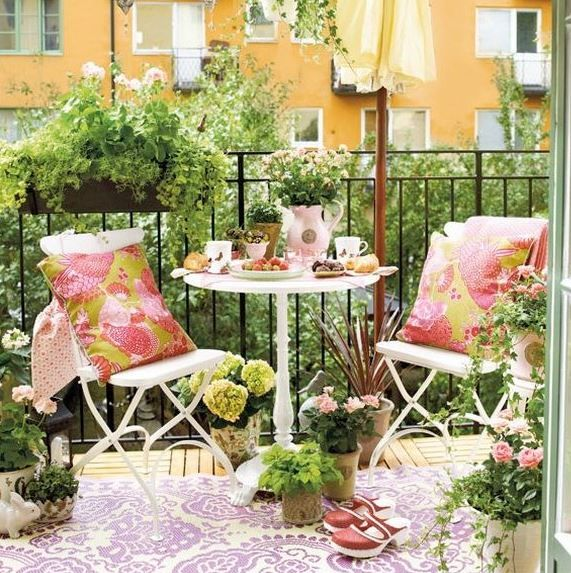 Balkonunuza ufak bir yuvarlak masa ve 2 sandalye koyarak güzel ve sade bir görünüm sağlayabilirsiniz. Çeşitli bitkiler ve çiçeklerle de balkon dekorasyonunuzu zenginleştirebilirsiniz.