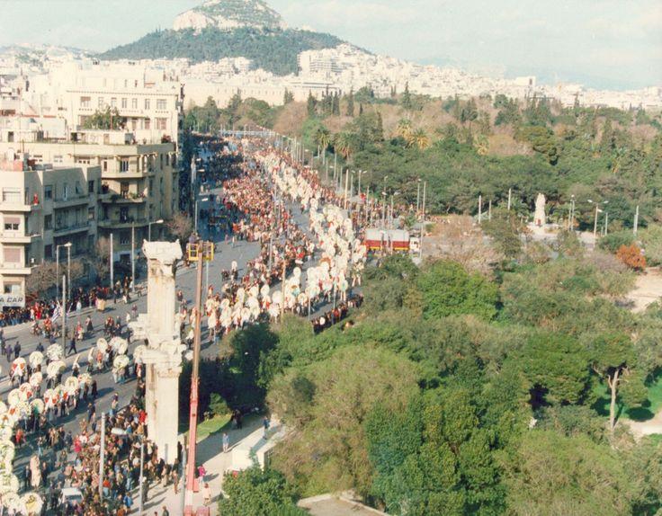 Τον Μάρτιο του 1994 η Μελίνα Μερκούρη νικήθηκε από τον καρκίνο στο νοσοκομείο Memorial της Νέας Υόρκης. Η σορός της τέθηκε σε διήμερο λαϊκό προσκύνημα στο παρεκκλήσι της Μητρόπολης Αθηνών, κηρύχθηκε τριήμερο εθνικό πένθος και έγινε η πρώτη Ελληνίδα που κηδεύτηκε με τιμές αρχηγού κράτους. Στην Ακρόπολη η σημαία κυμάτιζε μεσίστια, ενώ μετά τη νεκρώσιμη ακολουθία στον Καθεδρικό Ναό Αθηνών χιλιάδες άνθρωποι συνόδευσαν το φέρετρο μέχρι το Α' Νεκροταφείο. Κατά μήκος της διαδρομής, από…